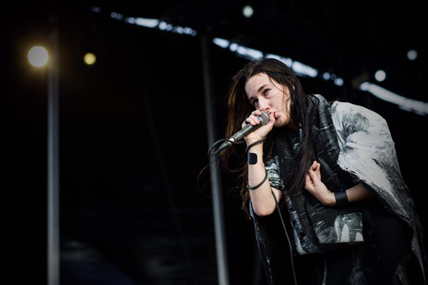 Americká speváčka Zola Jesus predvádza na hlavnom stagei výbornú šou.
