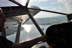 V kokpite lietajúceho džípu.