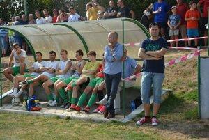 Domáca lavička počas zápasu sTrnavou.