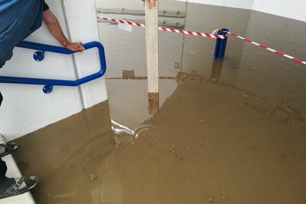 Podchod v Hornom Hričove bol po prívalovom daždi zatopený.