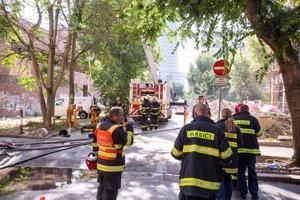 Na mieste požiaru zasahujú hasiči.