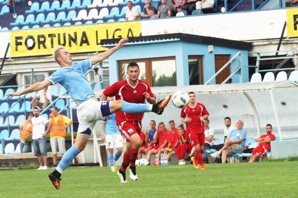 Futbalisti Vrábeľ (v červenom) už poznajú meno svojho nového trénera.
