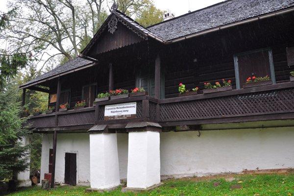 Oravská Polhora, sa okrem toho, že je najsevernejšou obcou Slovenska, môže pochváliť viacerými atrakciami. Na snímke Hviezdoslavova hájovňa pod Babou horou.