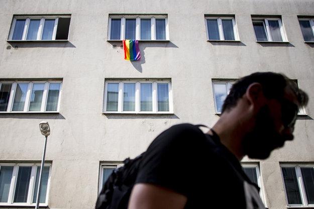 Dúhová zástava v okne úradu ombudsmanky.