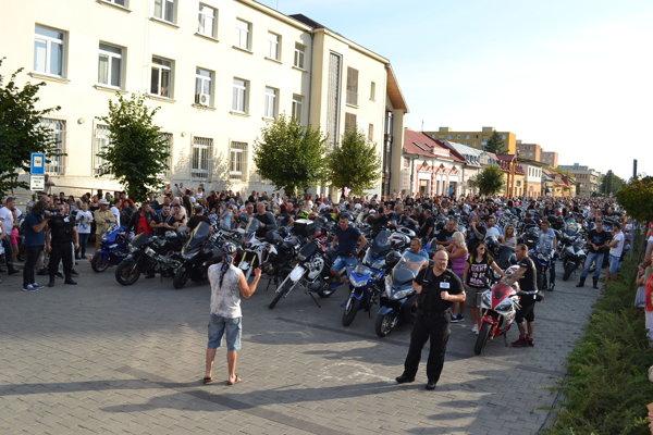 V Michalovciach na námestí. Bolo odhadom štyritisíc motoriek.