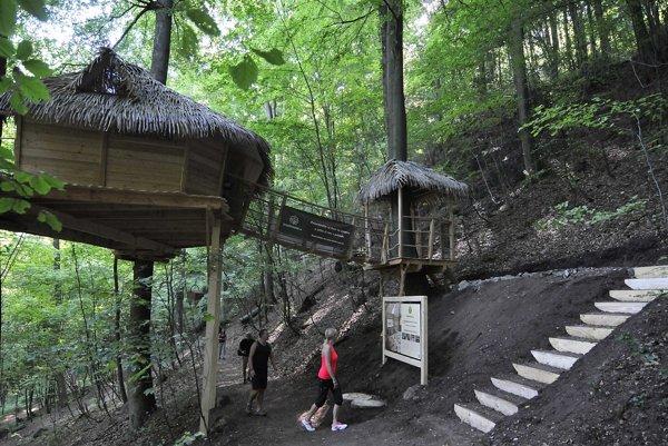 Domček na strome sa nachádza v blízkosti Kúpeľného parku na turistickej trase smerom na kopec Klepáč.