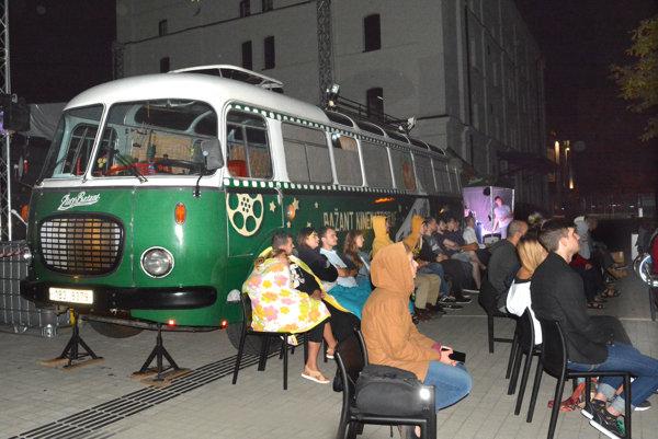 Filmový autobus parkuje v košickom Kulturparku.