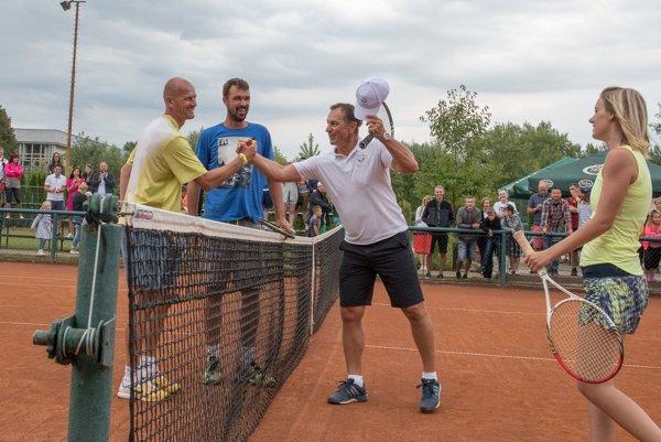 Peter Bondra (druhý sprava) blahoželá k víťazstvu v exhibičnom zápase Miroslavovi Karhanovi.