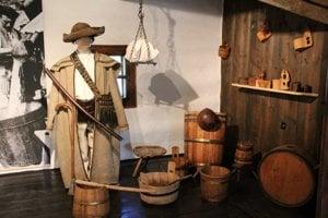 V kúrii je aj malá výstava pastierstva na Orave.