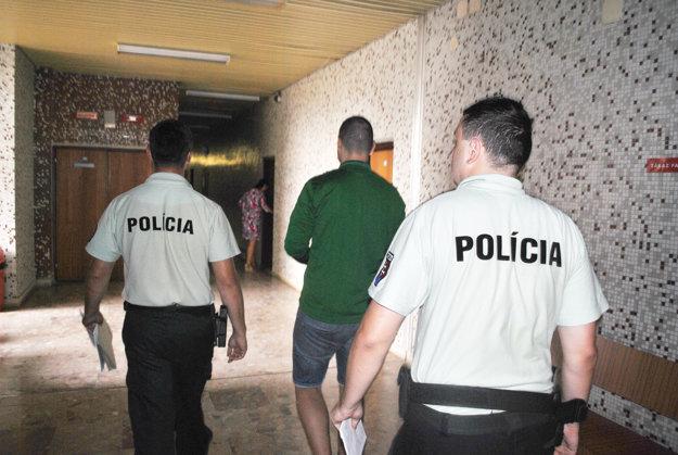 Eskorta ho odvádza do väznice na Floriánskej ulici.