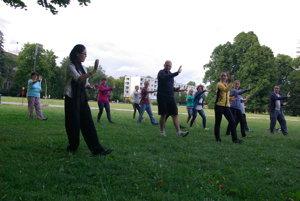 Čínska mentorka Ziqi Meng s účastníkmi cvičenia.