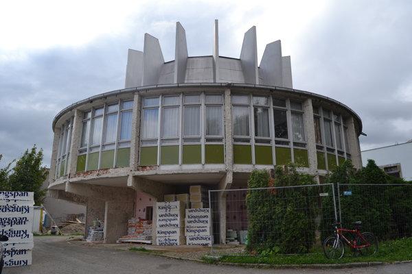 Rekonštrukčné práce okrem novej fasády majú priniesť aj trvalé osadenie nového ďalekohľadu s kupolou.