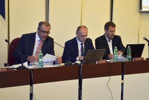 Prvý zástupca primátora Igor Wzoš, druhý zástupca primátora Pavol Gašper a prednosta MsÚ v Poprade Róbert Bujalka.