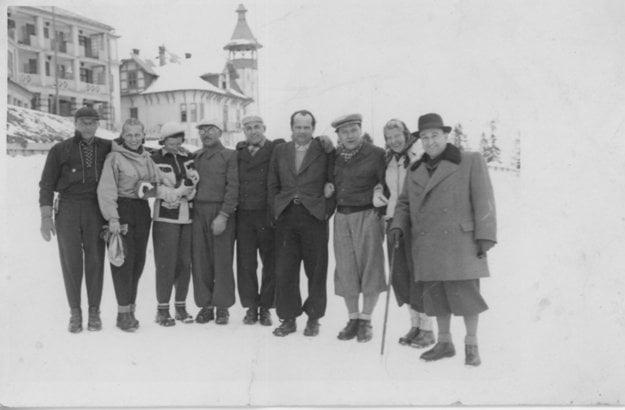 S priateľmi na Štrbskom plese. Imrich Karvaš je štvrtý sprava.