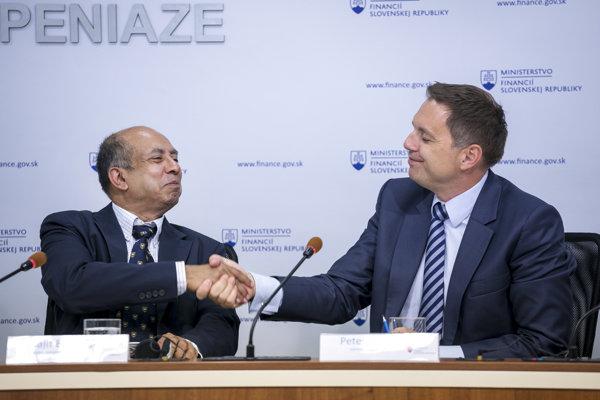 Minister financií Peter Kažimír s novým hlavným ekonómom ministerstva Biswajitom Banerjeeom.