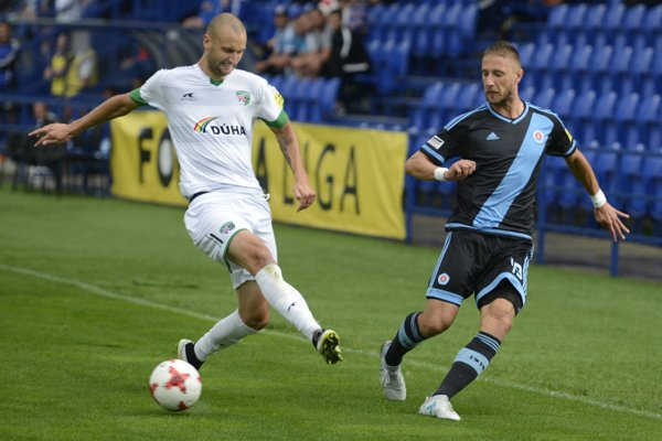 Poľský útočník 1. FC Tatran. Jakubovi Wiezikovi (vľavo) sa vPrešove páči.