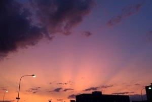 Mliečny zákal spôsobený dymom bol najlepšie vidieť pri západe a východe Slnka