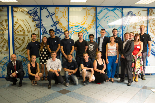Účastníci ZF Summer Campu s vedením spoločnosti a organizátormi.