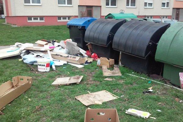 Na sídliskách sa povaľuje odpad, veká na kontajneroch sú otvorené avichokolí sa šíri zápach. Zhoršujú to aj bezdomovci, ktorí sa vnich prehrabávajú. Poslanci sa to rozhodli vyriešiť.