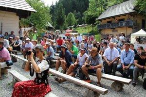 Návštevníci so záujmom počúvali spomienky na časy výstavby Múzea oravskej dediny.