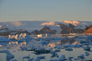 Západ slnka nad antarktickým polostrovom.