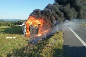 Kamión po nehode začal horieť.