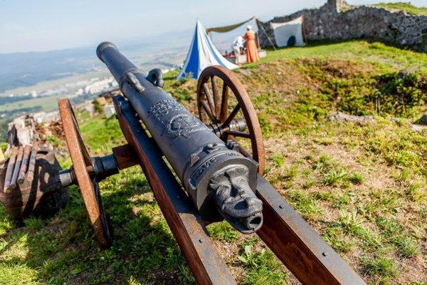Hrad zdobia sochy kráľov aj dobové zbrane.