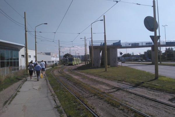 Parcely Tempusu Immo. Ich zhodnoteniu bráni električková trať, časť z nich leží aj pod cestou.