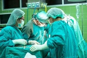 Lekári z Neurochirurgickej klinike na Kramároch tvrdia, že majú staré a pokazené stoly a nemajú na čom operovať. Musia posúvať operácie. (ilustračné foto)