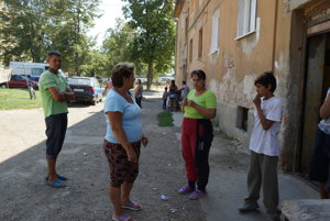 Nespokojní Rómovia. Táto rodina sa musela zo svojho dlhoročného domova blízko centra porúčať do osady na periférii.