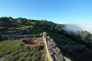 Pohľad na terasy v predhradí tzv. Dončovho hradu, kde sú  umiestnené dve sondy.