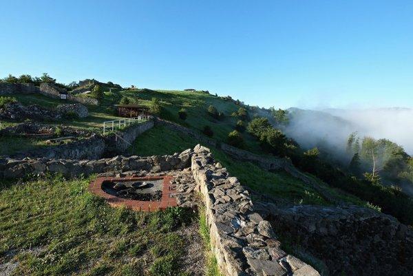 Pohľad na terasy v predhradí tzv. Dončovho hradu.