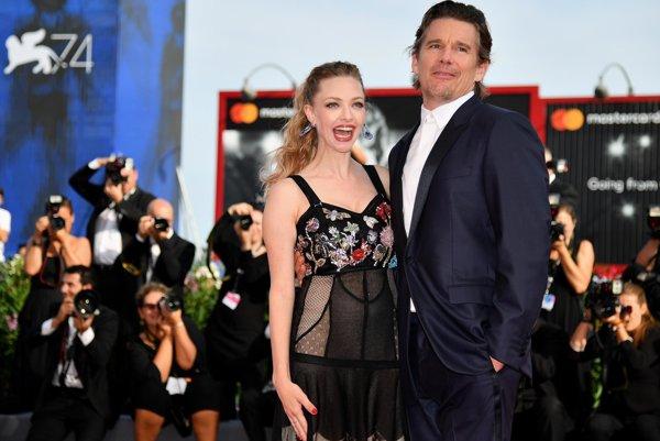 Ethan Hawke a Amanda Seyfried prišli do Benátok predstaviť drámu First Reformed.