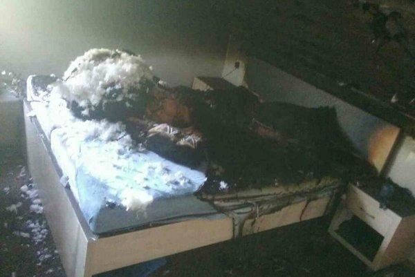 Obhorená posteľ v podkrovnej izbe.