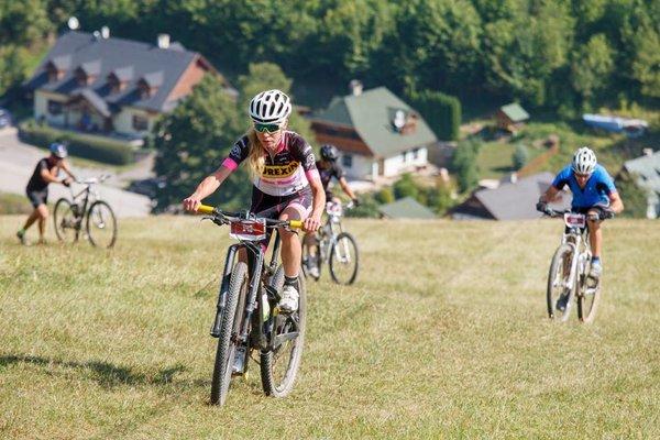 Víťazka ženskej kategórie na 52-kilometrovej trati Zuzana Juhásová pri stúpaní do kopca.