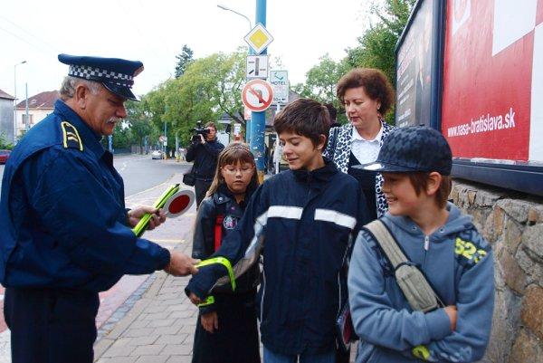 V minulých rokoch mestskí policajti pred ZŠ na Mudroňovej ulici rozdávali deťom reflexné pásky.