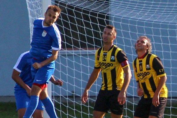 Nováčik súťaže Oravské Veselé (v žlto-čiernom) sa postaral o prvú prehru favorita v aktuálnom ročníku.