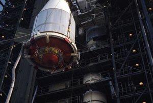 Príprava na štart. Ochranný plášť spolu so sondou Voyager 2 vyťahuje žeriav, aby ho pripevnili na nosnú raketu na Myse Canaveral.