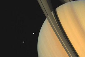 Záber z 3. novembra 1980 ukazuje dva mesiace Saturna, Tethys a Dione a detailom prstencov.