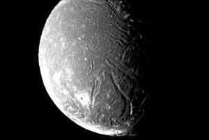 Povrch Uránovho mesiaca Ariel je veľmi členitý. Záber ukazuje mnoho kráterov. Vznikol 24. januára 1986.