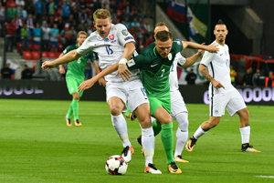 Zľava: Tomáš Hubočan zo Slovenska a Josip Iličić zo Slovinska počas futbalového kvalifikačného zápasu.
