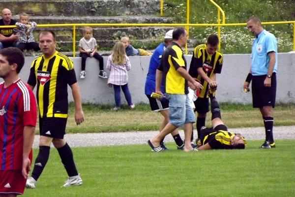 Ošetrenie domáceho hráča v zápase Želiezovce - Starý Tekov, ktorý sa skončil víťazstvom hostí2:3.