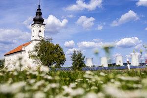 Z dediny Mochovce zostal len kostol a cintorín. Kostol, ktorý stojí asi kilometer od jadrovej elektrárne, je odsvätený a nevyužíva sa. Z chladiacich veží elektrárne nestúpa dym, ale vodná para.