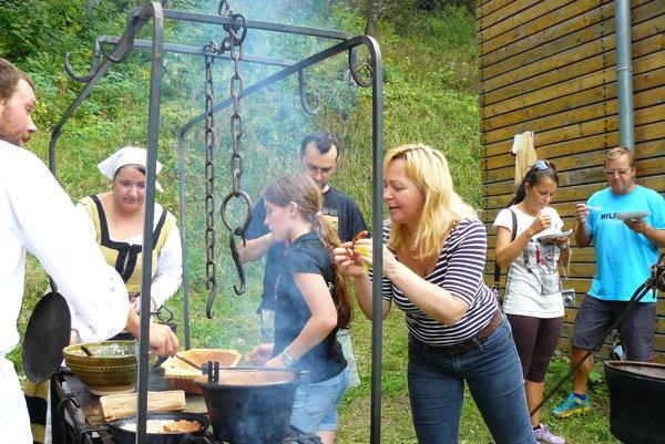 Ochutnávači. Návštevníci si stredoveké jedlo pochvaľovali.