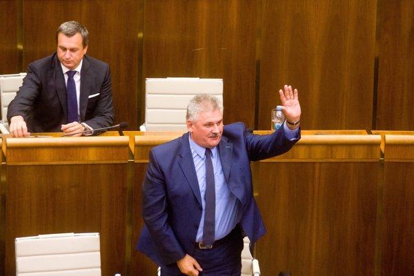 Ján Richter zostáva ministrom. SNS Andreja Danka sa zdržala hlasovania, takže opozícia nemala dosť hlasov na jeho odvolanie.