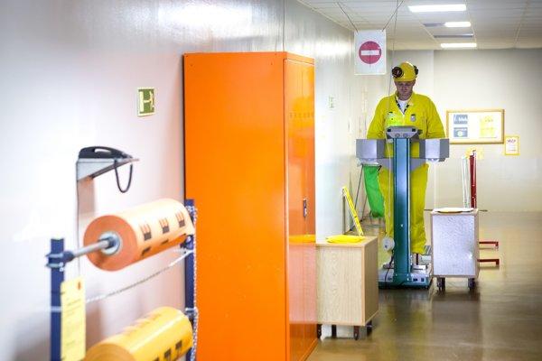 Meracích zariadení, ktoré zisťujú kontamináciu rádioaktívnymi látkami, je pri výstupe z kontrolnej zóny niekoľko.