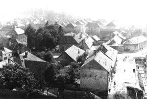 Pohľad z veže kostola na Ulicu Riadok.