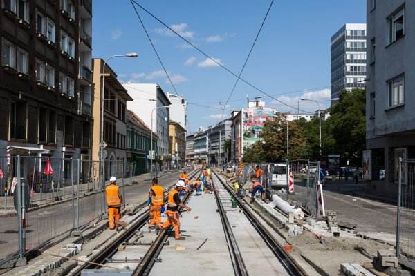 Rekonštrukcia trate na Špitálskej ulici pokračuje, hoci 25. augusta ministerstvo dopravy zrušilo stavebné povolenie na projekt. Verdikt bude právoplatný do dvoch týždňov.
