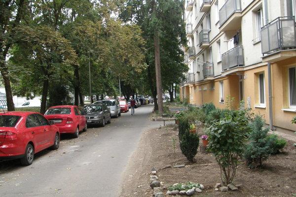 Vnútroblok na Párovciach. Odkedy je spoplatnená Párovská ulica, parkujú tu počas dňa aj cudzie autá.