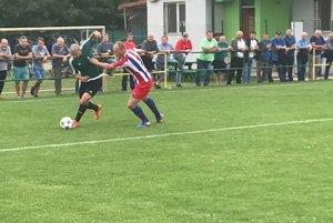 Takých súbojov absolvoval v šlágri Kalše s Medzevom Róbert Zeher (v zelenom ) proti hosťujúcemu Mirovi Semanovi neúrekom.